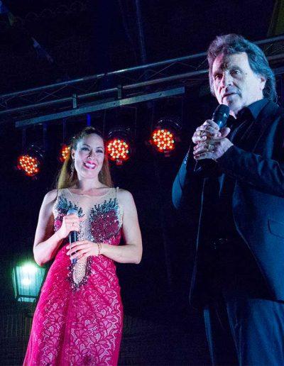 Los cantantes Saulo y Rosario Mohedano en el escenario